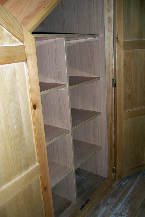 Foto armario bajo escalera detalle interior de la - Armario bajo escalera ...