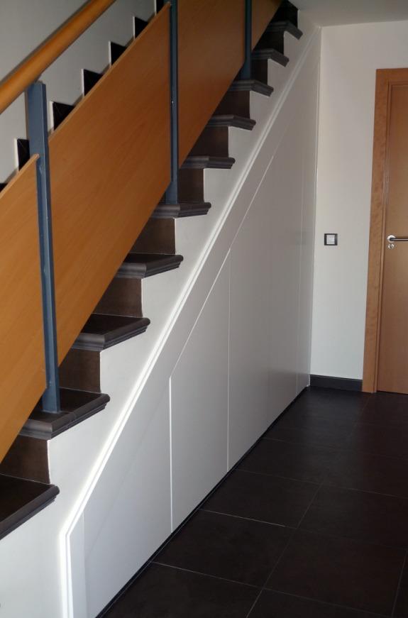 Foto armario bajo escalera lacado ii de macape 186185 for Huecos de escaleras decoracion