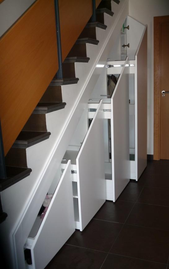 Foto armario bajo escalera lacado de macape 186181 for Muebles de madera para debajo de la escalera