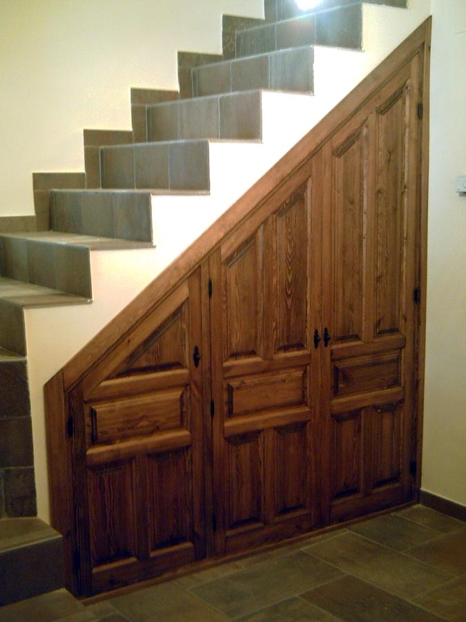 Foto armario bajo escalera de carpinteria hnos mora for Armario debajo escalera