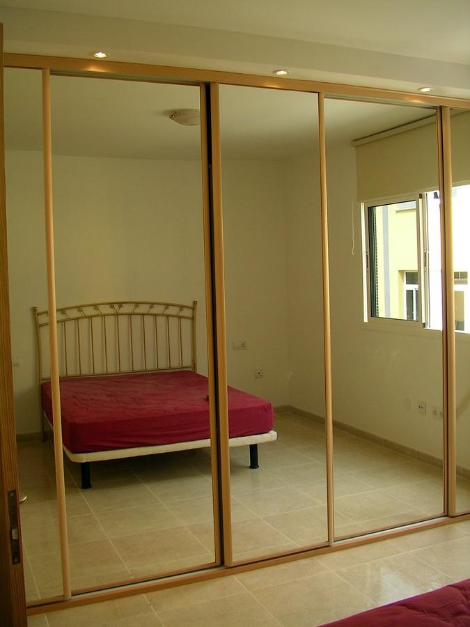 Foto armario con puerta de corredera y espejo de reformas - Puertas de armario empotrado ...