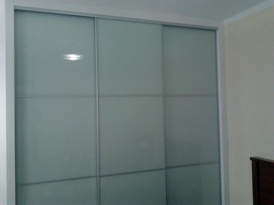 Foto armario corredero con puertas en cristal lacovel de for Puertas acristaladas correderas