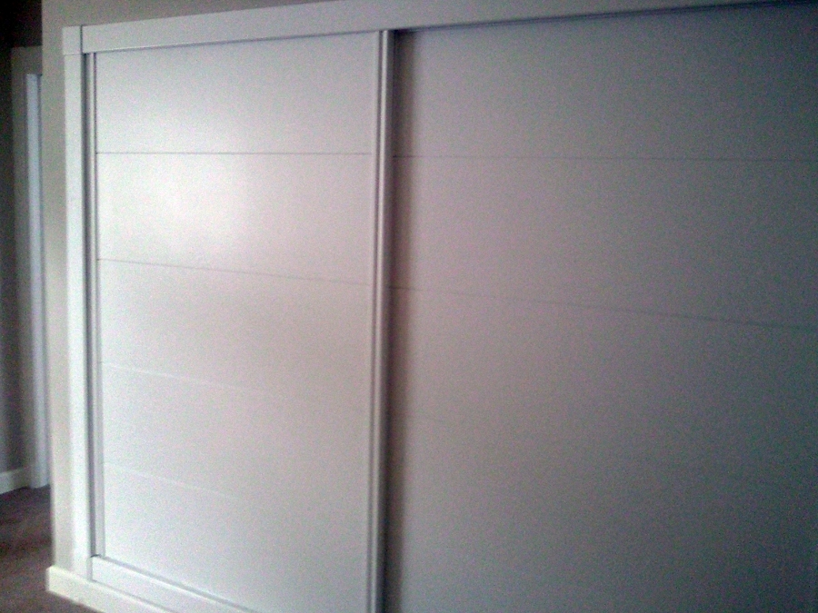 Foto armario de correderas lacado en blanco serigrafia - Armario blanco puertas correderas ...