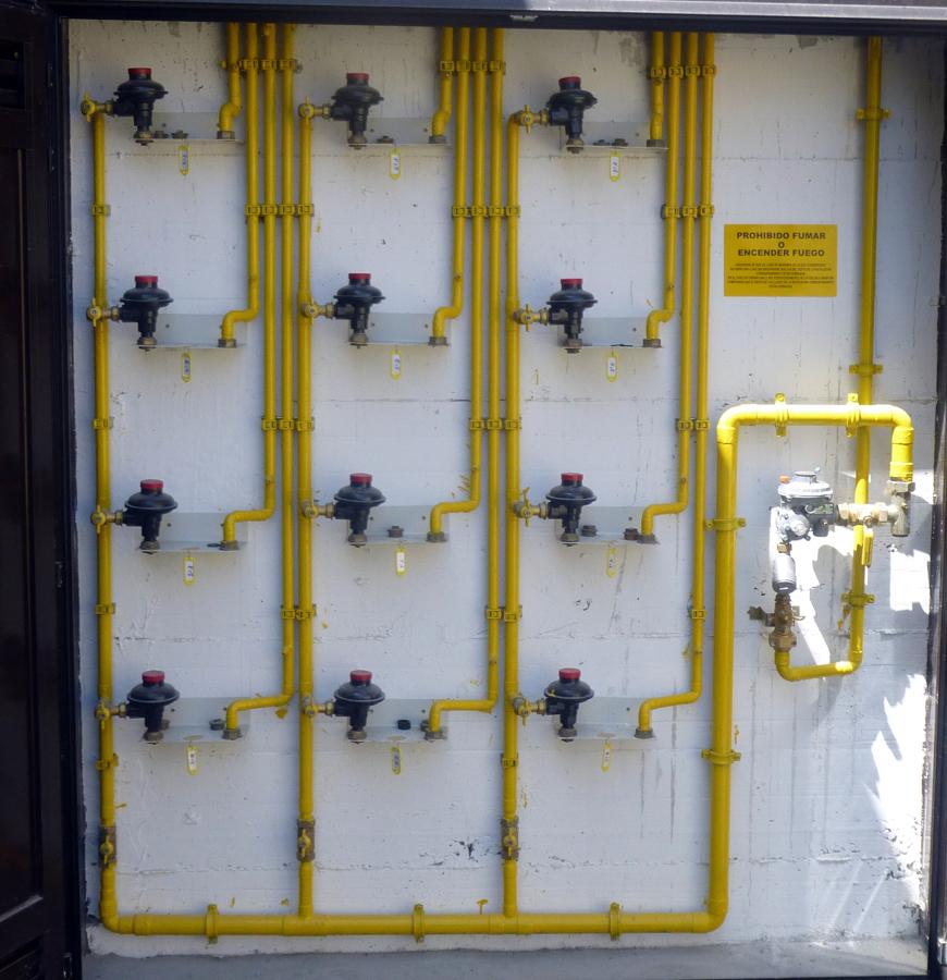 Foto armario de gas natural para 12 viviendas santullan for Imagenes de gas natural