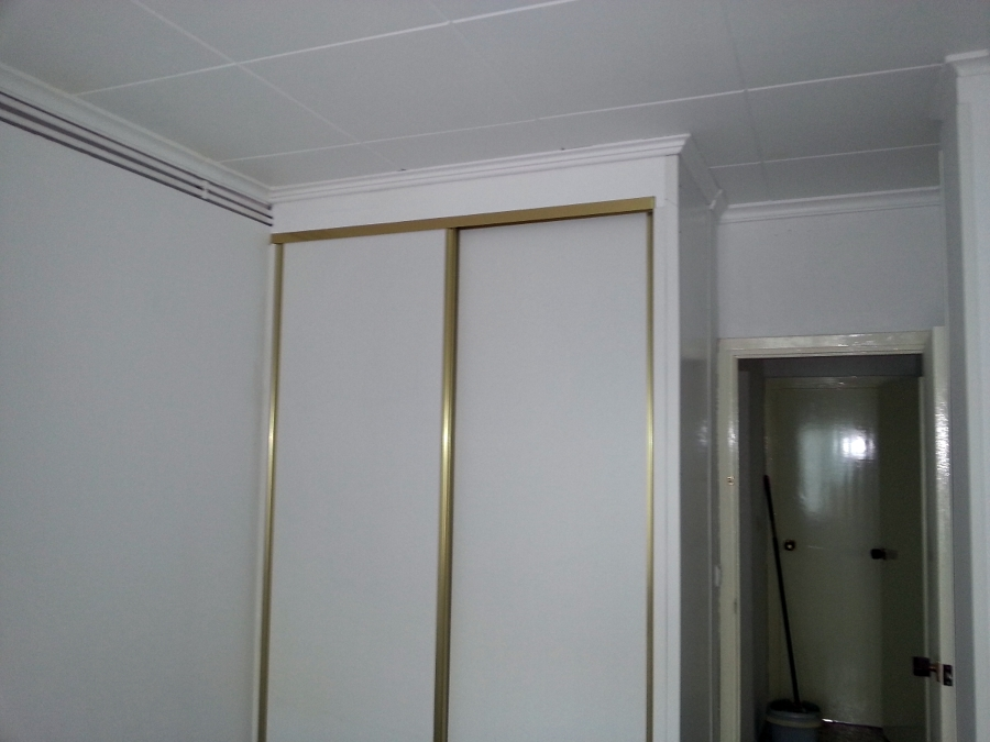 foto armario de pladur terminado con sus puertas
