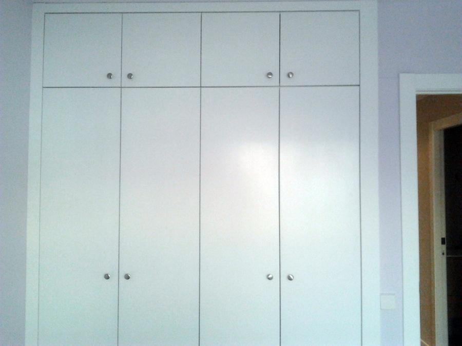 Foto armario de puertas abatibles lacadas en blanco de for Puertas dm lacadas en blanco