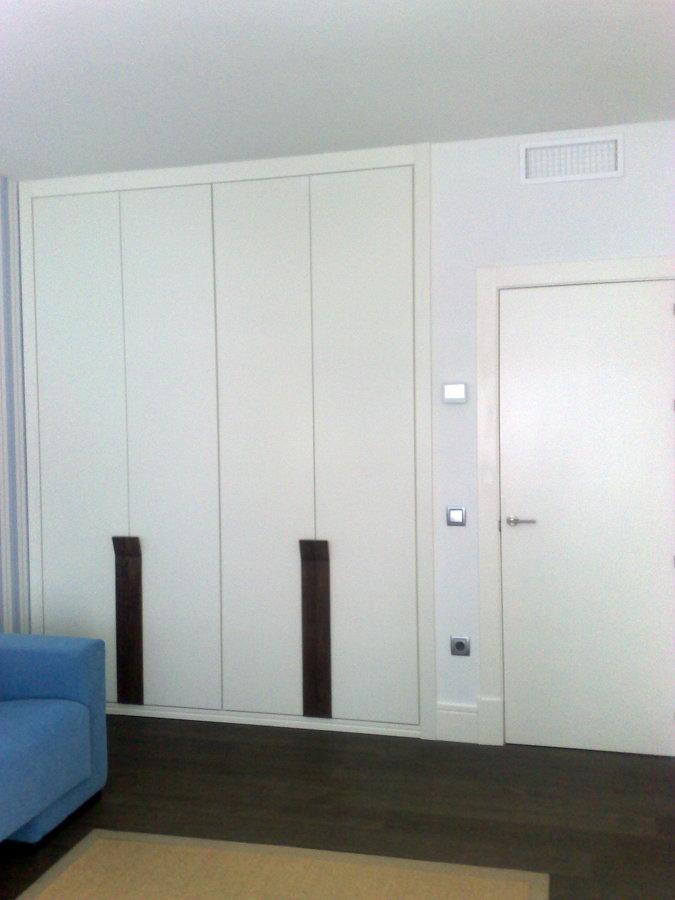 Foto armario de puertas abatibles de carpinteros madrid - Puertas de armario abatibles ...