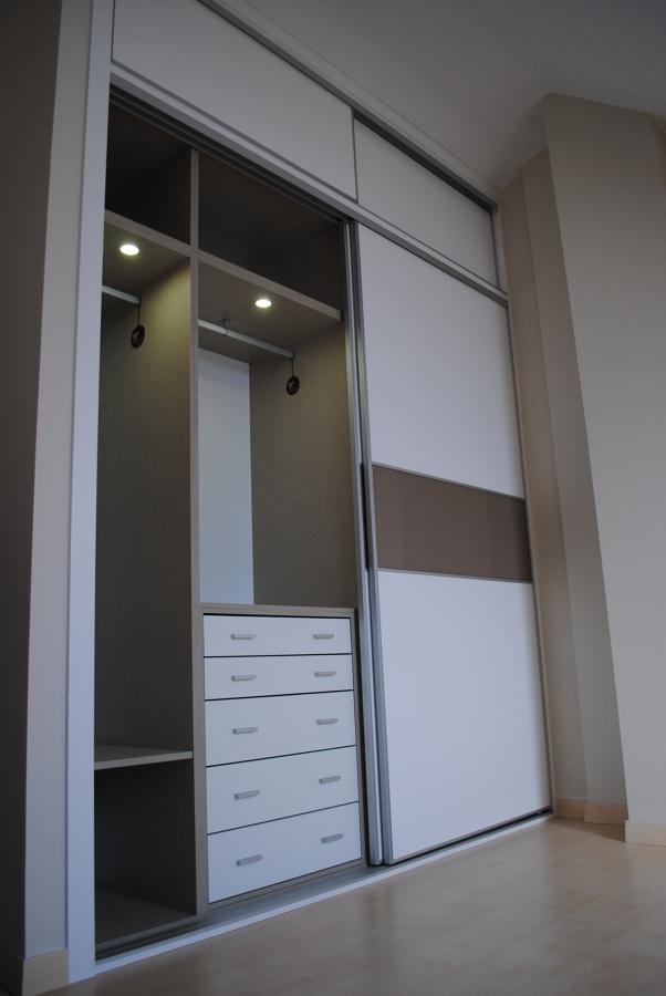 Foto armario de puertas correderas de made in 510133 for Puertas correderas sevilla