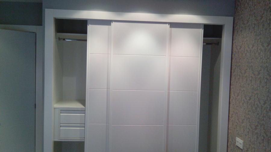 Foto armario empotrado 3 puertas correderas de - Puertas para armarios ikea ...