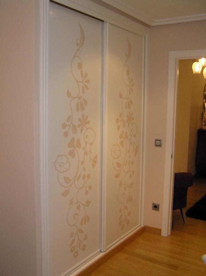 Foto armario empotrado con vinilo de creative 412567 for Vinilos armarios dormitorio