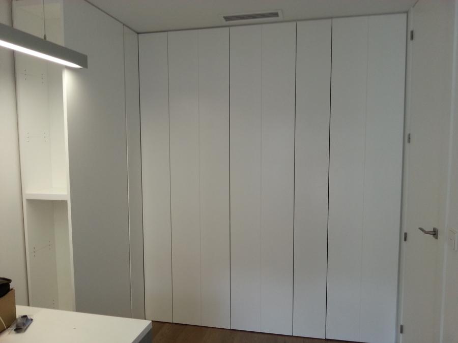 Foto armario integrado sin tiradores lacados en blanco - Tiradores cocina modernos ...