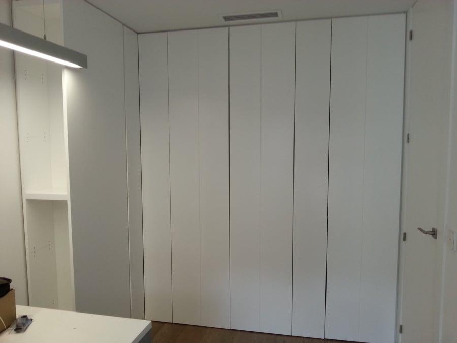Foto armario integrado sin tiradores lacados en blanco for Armarios de salon modernos