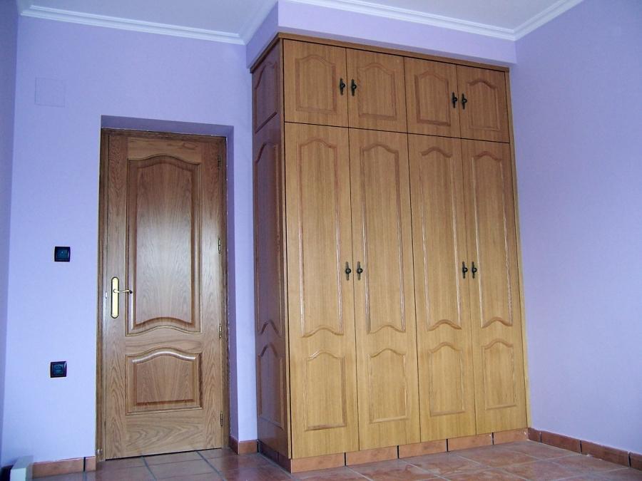 Foto armario ropero cl sico con puertas en rechapado de - Puertas de madera decoradas ...
