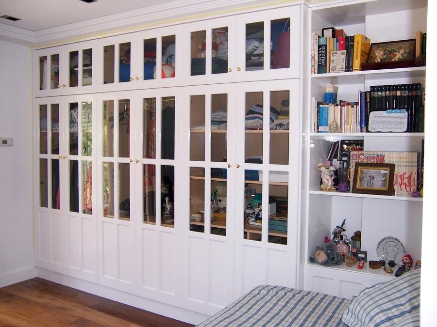 Foto armario ropero cl sico en madera de suecia lacado en for Cristales para puertas de madera precios