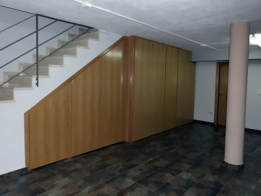 Foto armarios a medida bajo escalera de bricolage cheste for Armarios para escaleras