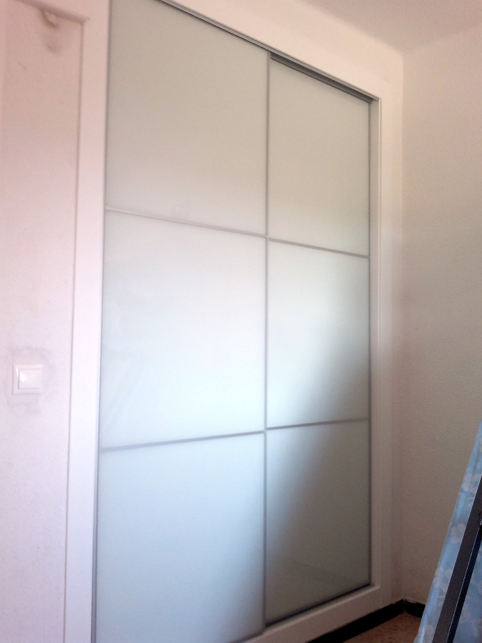 Foto armarios con puertas correderas y cristal lacobel de victor 243535 habitissimo - Puertas de cristal para armarios ...