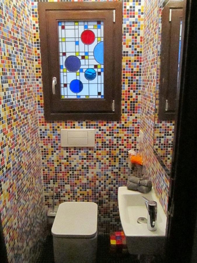 aseo gresite con vitral, inodoro y lavabo Hall Roca