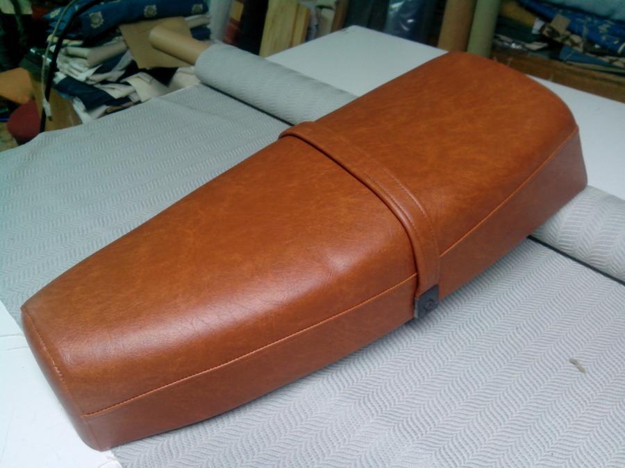 Foto asiento moto de clasica tapiceria y cortinas 598350 for Tapiceria de asientos de moto