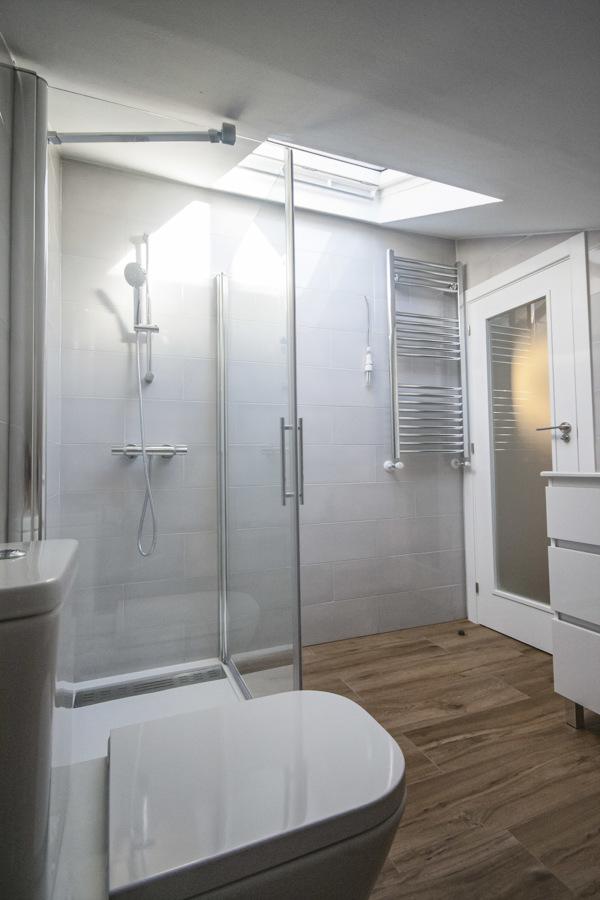 Interior baño en buhardilla