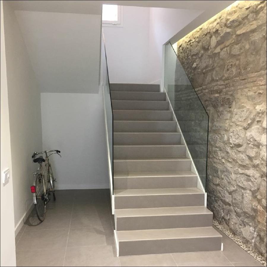 Escaleras y entrada de porcelánico en Tudela