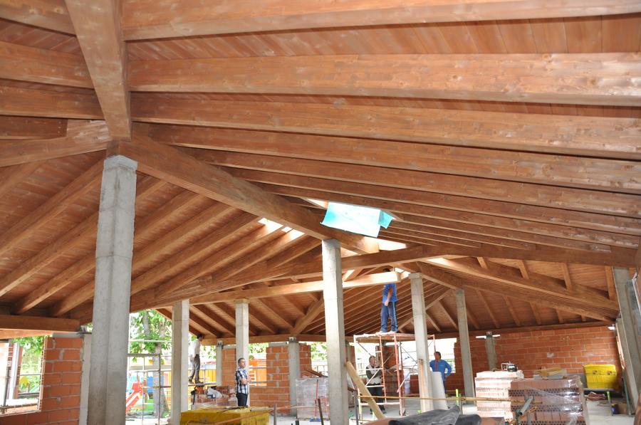 Foto bajo cubierta madera laminada en laguna de cameros en la rioja de precom estructuras de - Cubiertas de madera laminada ...