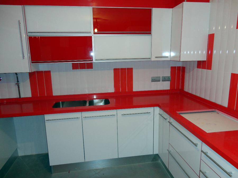 Foto bancada silestone rojo ferrari de victor 244329 for Cocinas ferrati