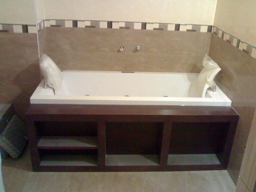 Bañera de hidromasaje con estantería