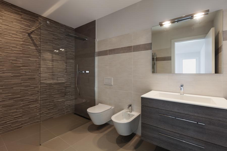 Baño espacioso y sencillo