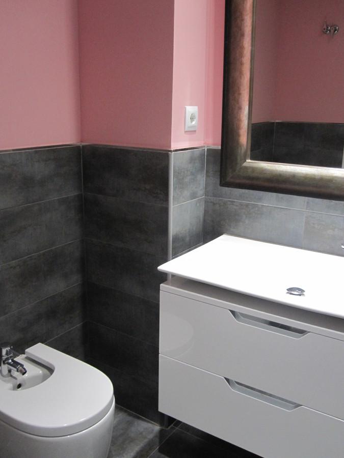 baño alicatado hasta la mitad y resto pintado