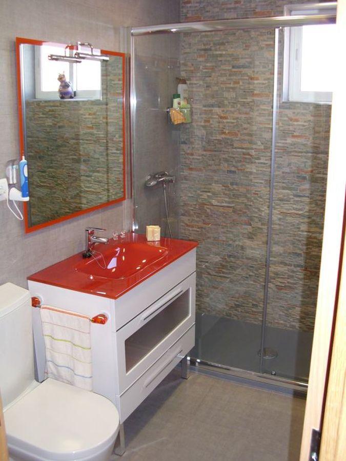 Baño con frontal piedra