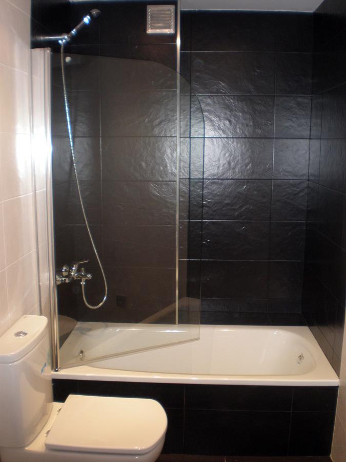 Foto ba o blanco y negro de corema construcciones for Banos blancos con negro