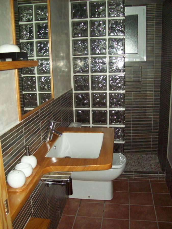 Baño Minimalista Pequeno:Cuarto de baño de dimensiones reducidas, con aprovechamiento de