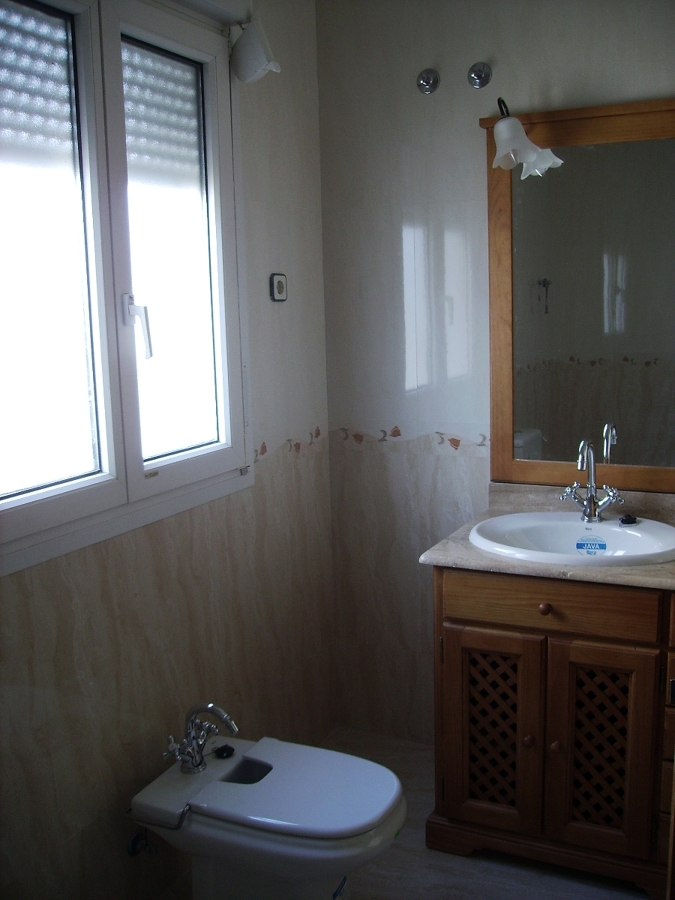 Baño con azulejos rectificados