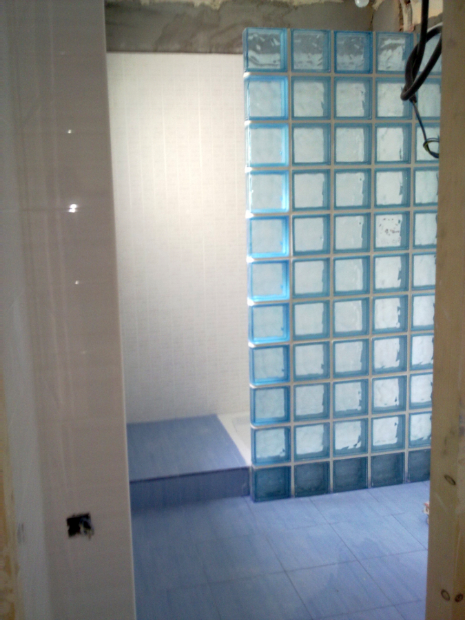 Foto ba o con cerramiento de paves de construcciones for Fotos cuartos de bano con paves