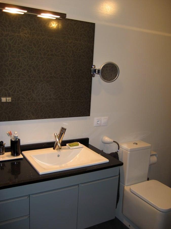 baño con estampado blanco y gris