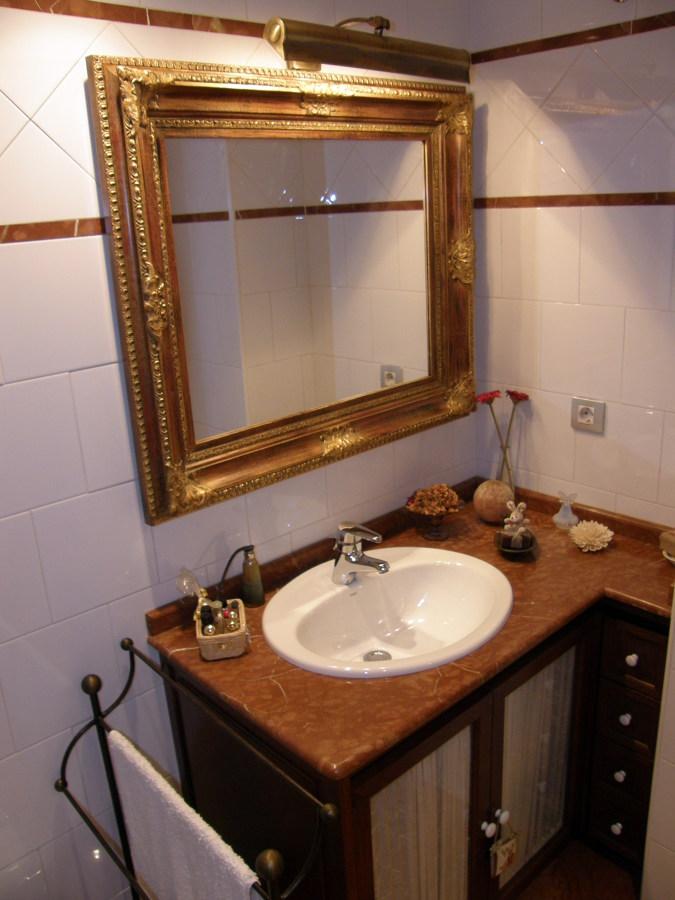 Baño en azulejo y marmol