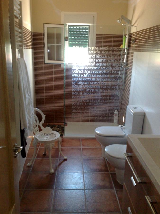 Foto ba o en casa de campo rustica de kreformas 390456 for Banos rusticos para casa de campo
