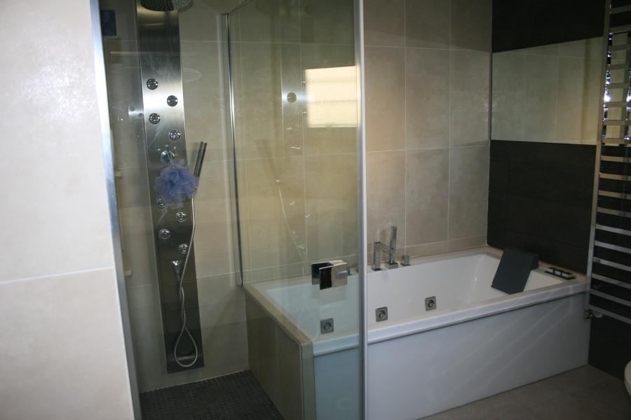 Foto ba o grafito integraci n ducha y ba era de area for Banos con banera y ducha