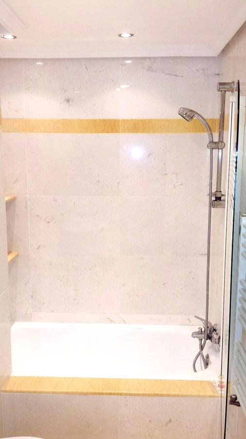 Foto ba o marmol blanco de reforma restaura 434694 for Bano marmol blanco
