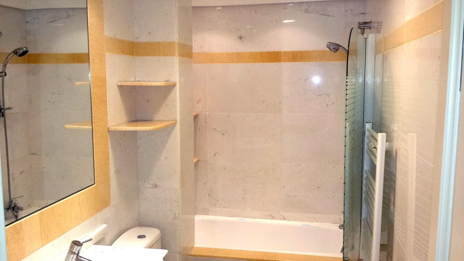 Foto ba o marmol blanco de reforma restaura 434696 for Marmol blanco real