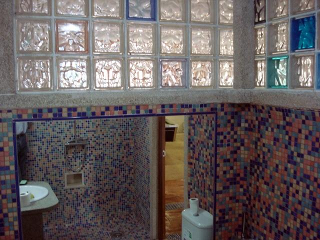 Foto ba o nuevo con pav s de colores de construcciones a for Fotos cuartos de bano con paves