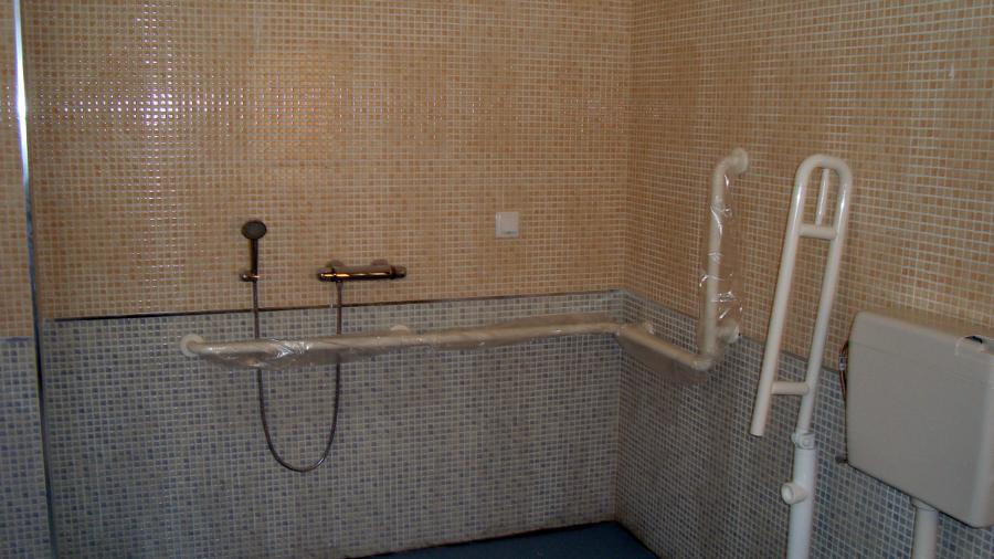 Foto ba o para minusvalidos de maruquesa construcciones y for Bano de minusvalidos