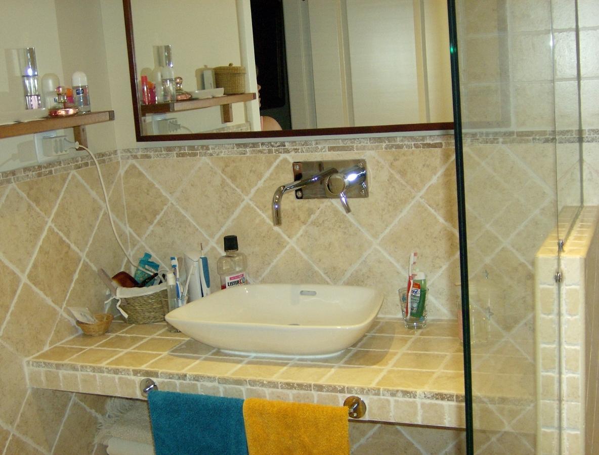 Imagenes Baño Rustico:Modelo de baño rustico con encimera de obra , azulejo y gres rustico