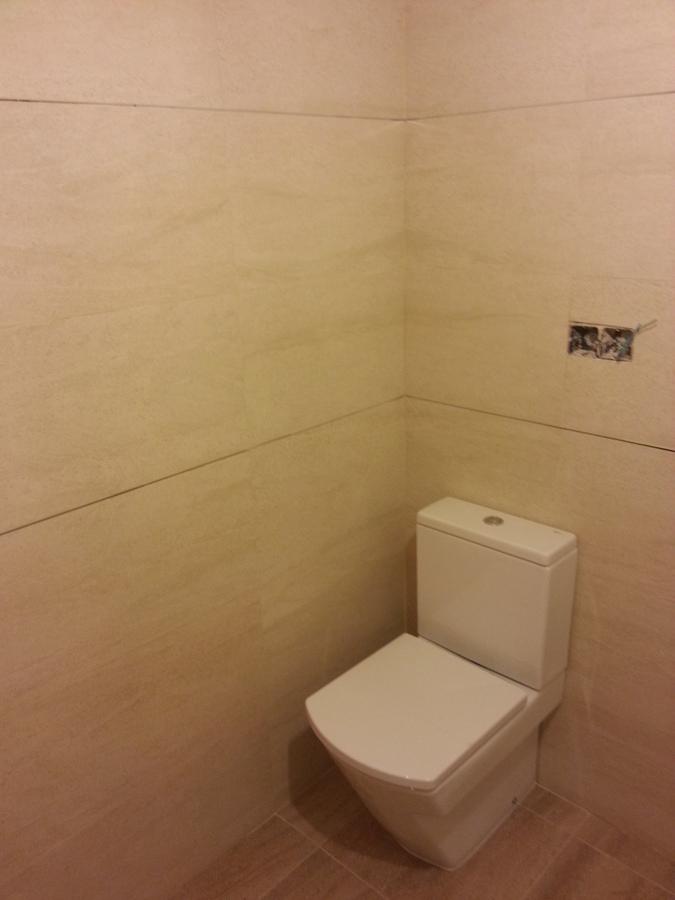 Azulejo rectificado y sanitario pegado a la pared.jpg