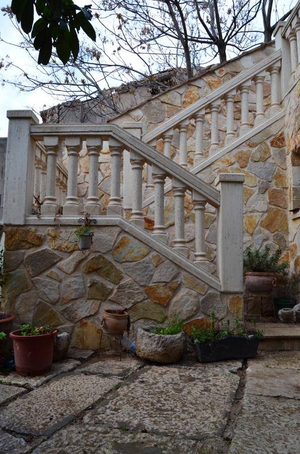 Foto barandilla de balostres y pasamanos piedra for Barandilla escalera exterior