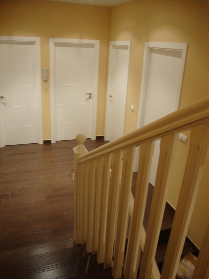 Foto barandilla de escalera y puertas de carpinteria - Puertas de escalera ...