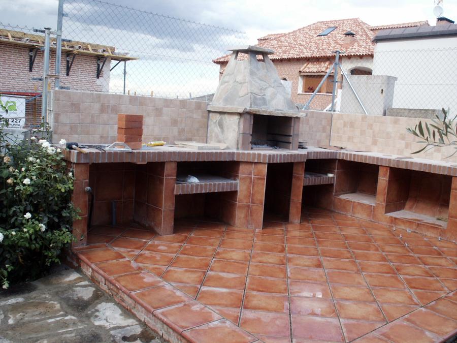 Foto barbacoa de obra de obrasreforom obras y servicios for Barbacoas de piedra para jardin