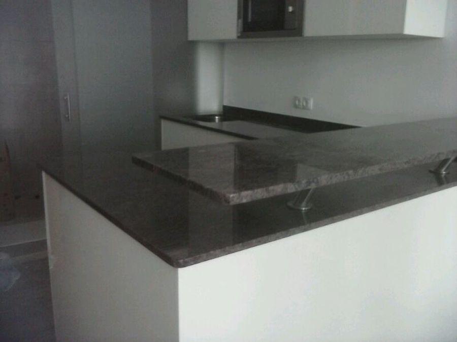 Foto barra de cocina en granito naturamia havanna de for Barra de granito cocina