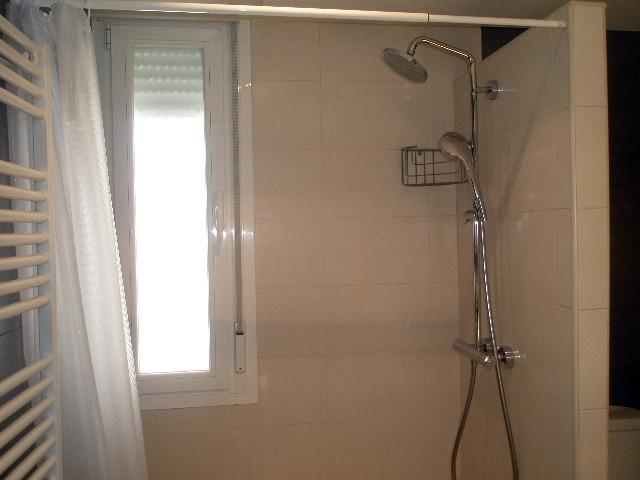 barra regulable de ducha y ventana asolapada con doble acristalamiento y oscilo