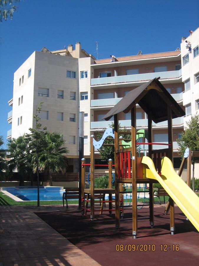 Bloque de 48 viviendas, locales, aparcamiento y zona comunitaria con piscina